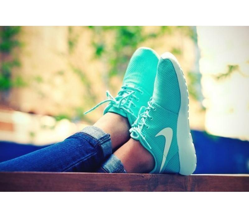 Фото женские ноги в кроссах
